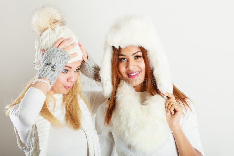 Två damer i den vita dräkten för vinter royaltyfri bild