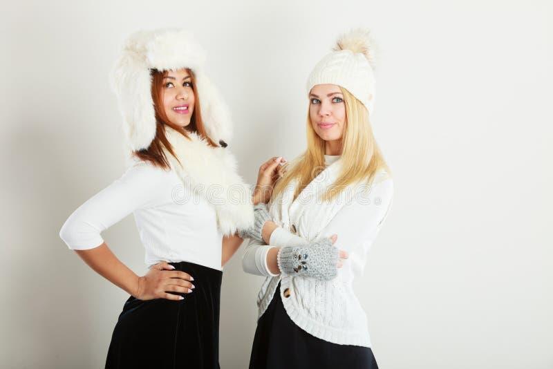 Två damer i den vita dräkten för vinter royaltyfria foton