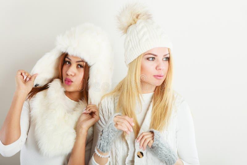 Två damer i den vita dräkten för vinter arkivbilder