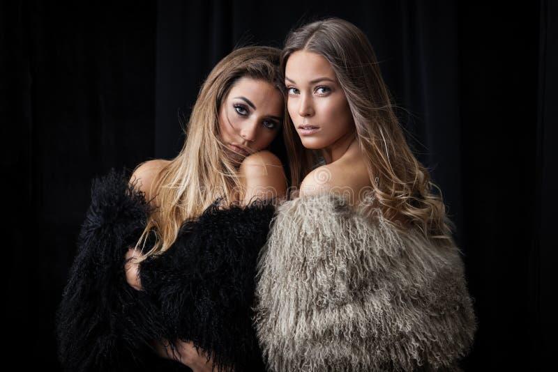 Två damer i pälslag arkivfoton