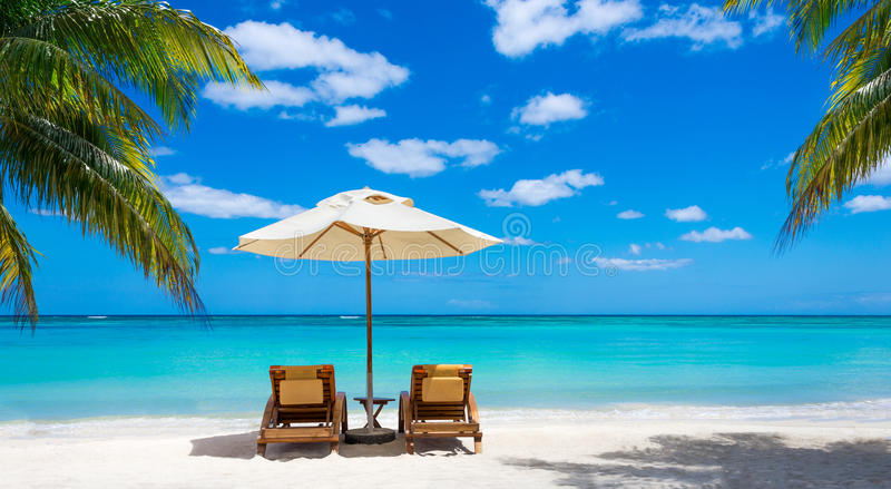 Två deckchairs på det idylliska vita strandturkoshavet royaltyfria bilder