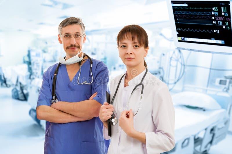 Två doktorer i sjukhus royaltyfri fotografi