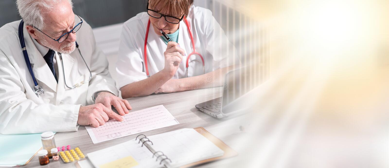 Två doktorer som diskuterar om medicinska resultat; åtskillig exponering arkivbilder