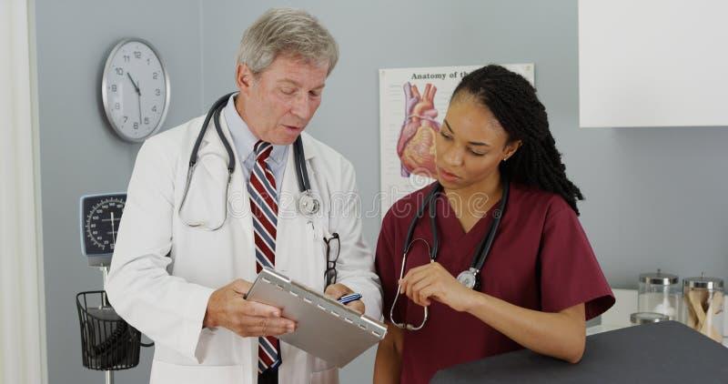 Två doktorer som diskuterar patients resultat arkivbilder