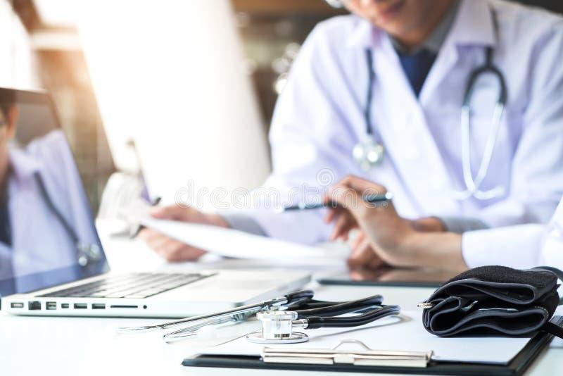 Två doktorer som diskuterar tålmodig historia i en kontorspointi fotografering för bildbyråer