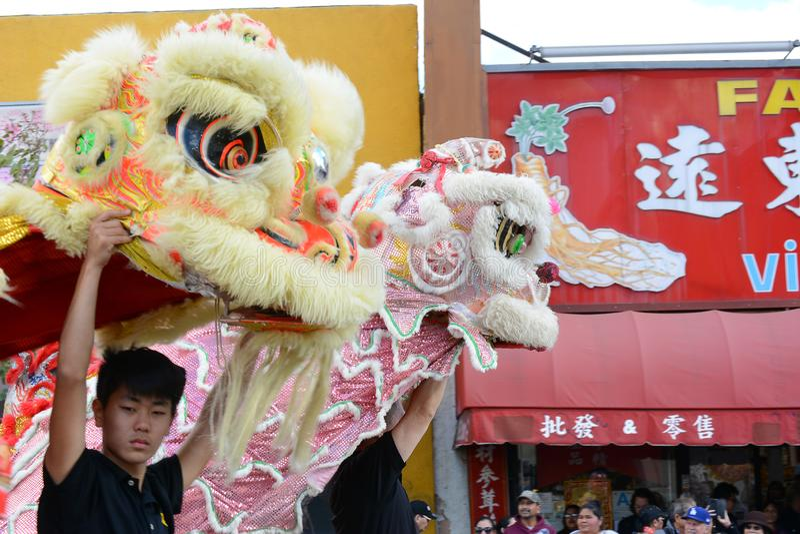 Två drakar på den guld- Dragon Parade som firar det kinesiska nya året royaltyfri foto