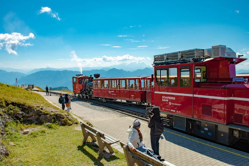 Två drev av den historiska Schafbergbahnen i Salzkammergut på bergstationen fotografering för bildbyråer