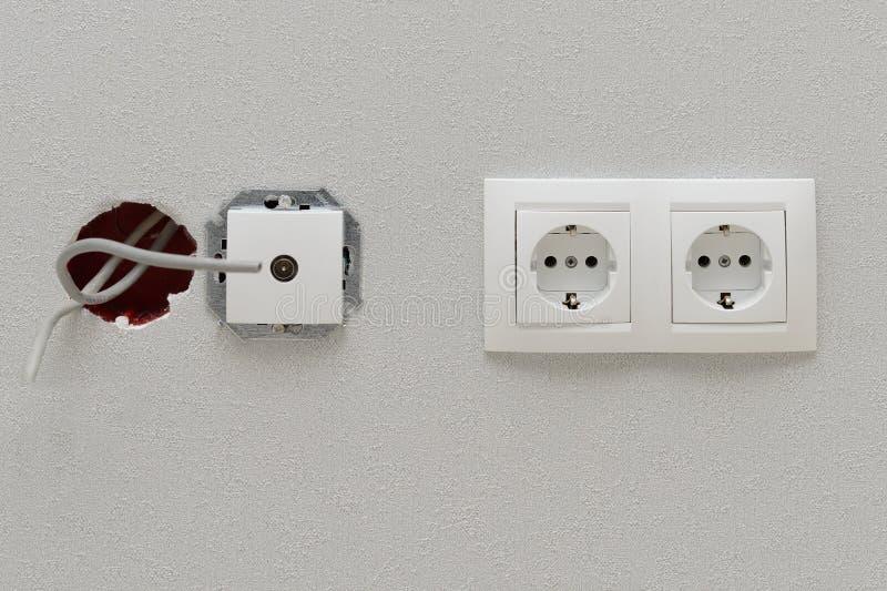 Två elektriska uttag och oavslutad antennförlaga royaltyfri bild