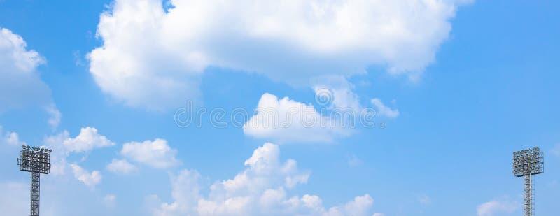 Två eller dubblett av belysningtornet av stadion på himmel- och molnbakgrund royaltyfri fotografi