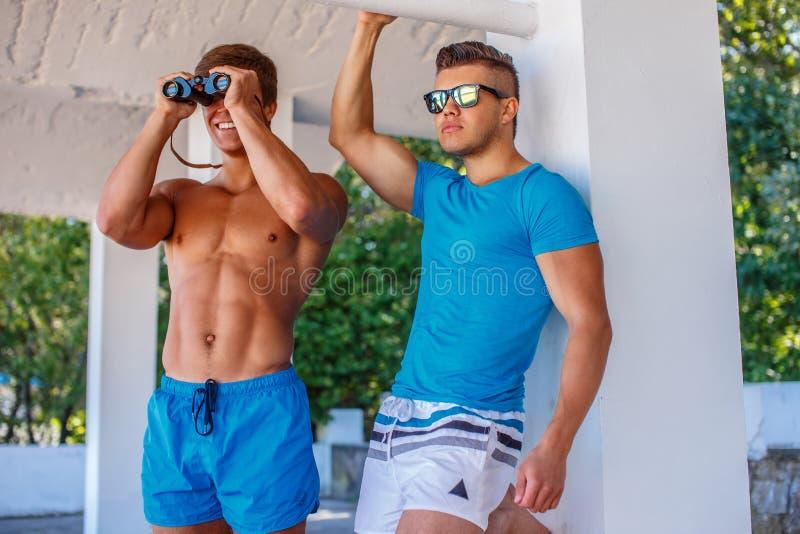 Två enorma unga grabbar fotografering för bildbyråer