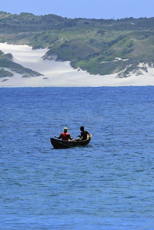 Två ensamma fiskare i det öppna havet, Madagascar royaltyfri bild
