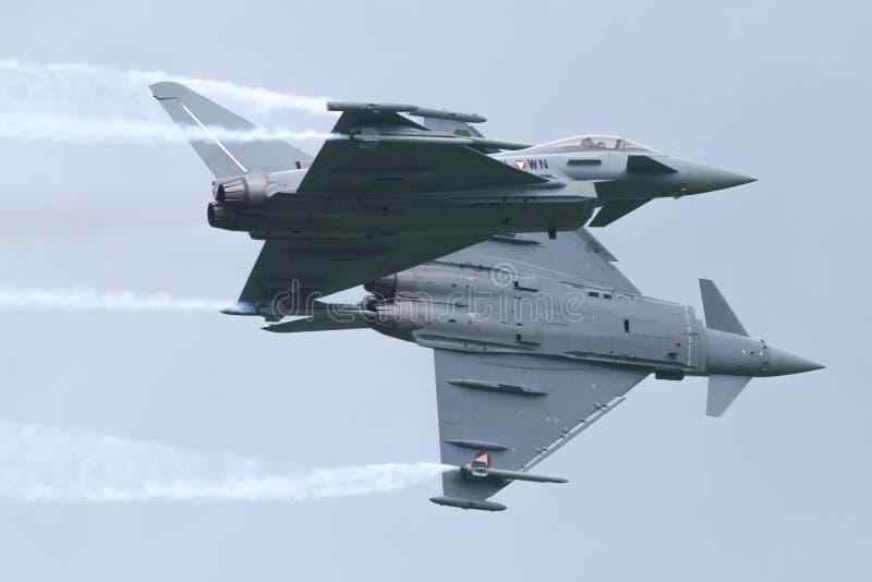 Två Eurofighters - Airobatics royaltyfri fotografi