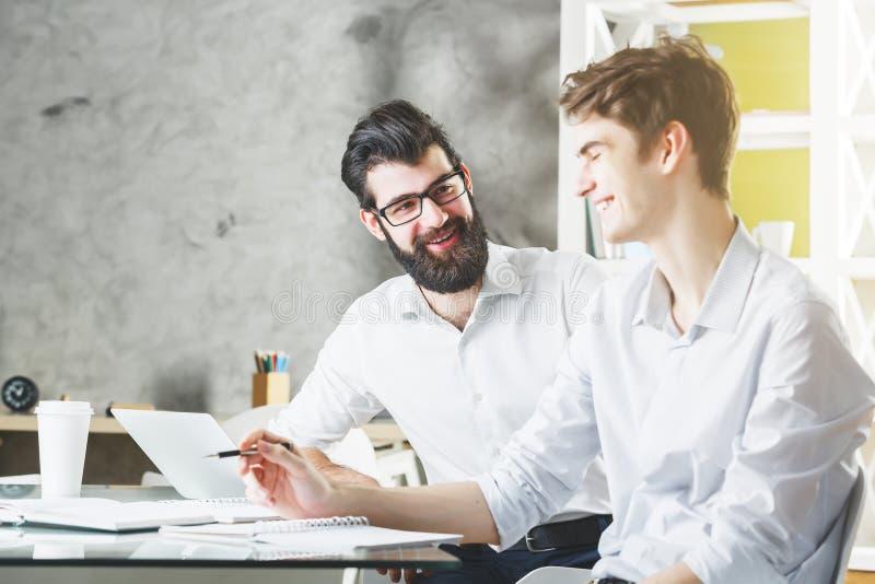 Två europeiska affärsmän som tillsammans arbetar på projekt royaltyfri bild