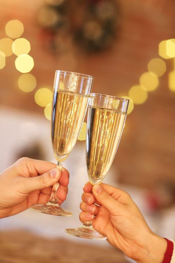 Två exponeringsglas av champagne över suddighet tänder bakgrund royaltyfri fotografi