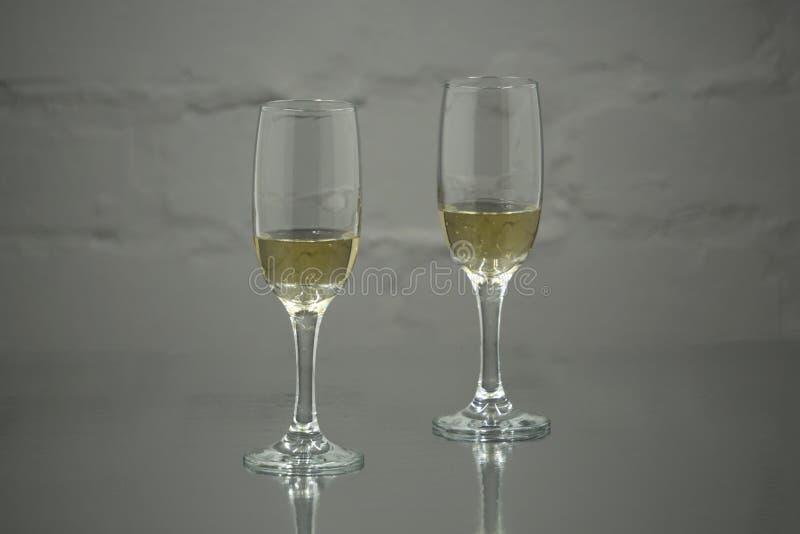 Två exponeringsglas av champagne av ett objekt arkivfoto