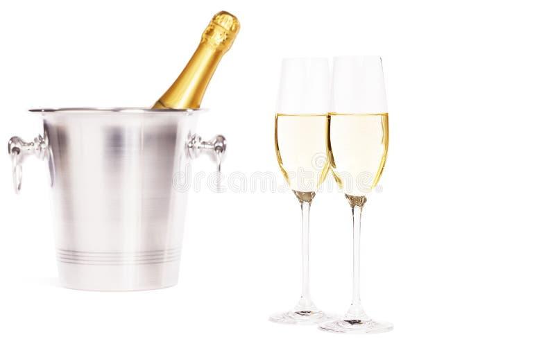 Två exponeringsglas av champagne med en champagnehink fotografering för bildbyråer