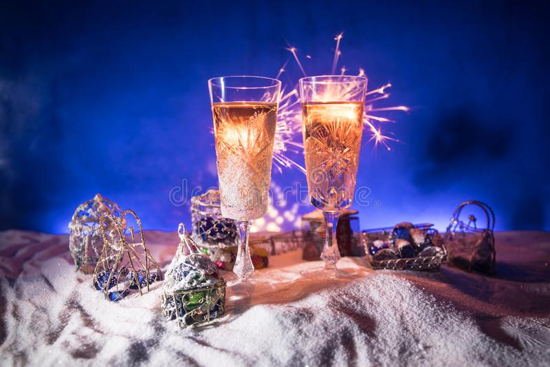 Två exponeringsglas av champagne med julgarnering Traditionell drink för alkohol för vinterferie i snö med idérikt nytt år arkivfoto