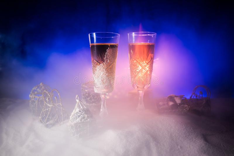 Två exponeringsglas av champagne med julgarnering Traditionell drink för alkohol för vinterferie i snö med idérikt nytt år royaltyfri bild