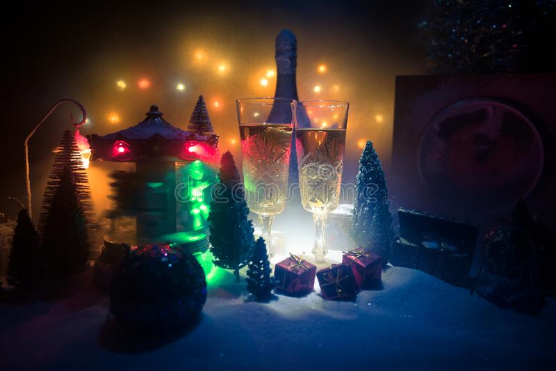 Två exponeringsglas av champagne med julgarnering Traditionell drink för alkohol för vinterferie i snö med idérikt nytt år arkivbilder