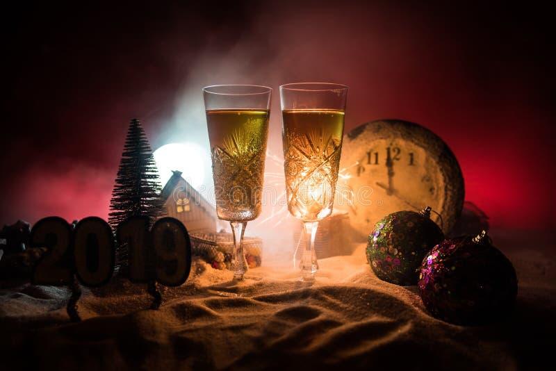 Två exponeringsglas av champagne med julgarnering Traditionell drink för alkohol för vinterferie i snö med idérikt nytt år royaltyfri fotografi
