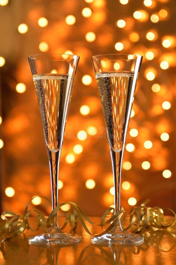 Två exponeringsglas av champagne mot bokehbakgrund. fotografering för bildbyråer