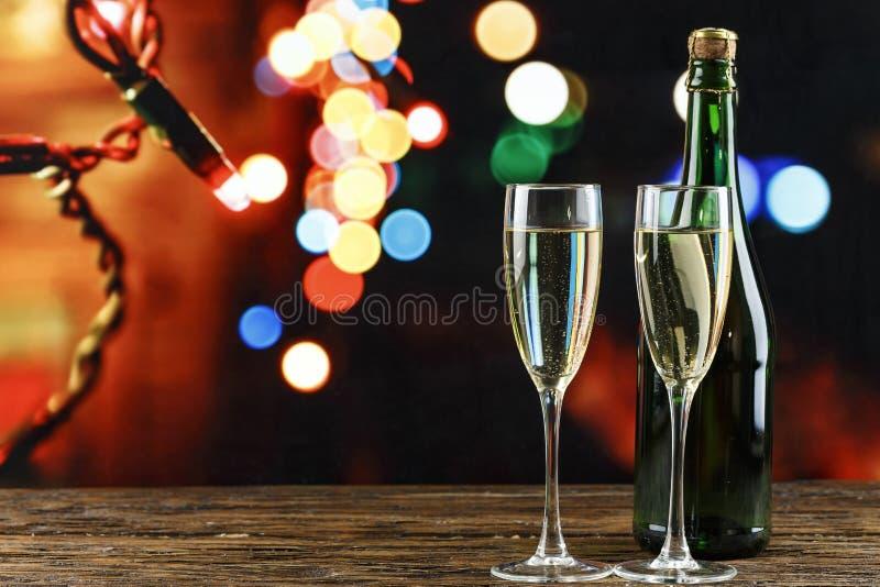 Två exponeringsglas av champagnebokeh
