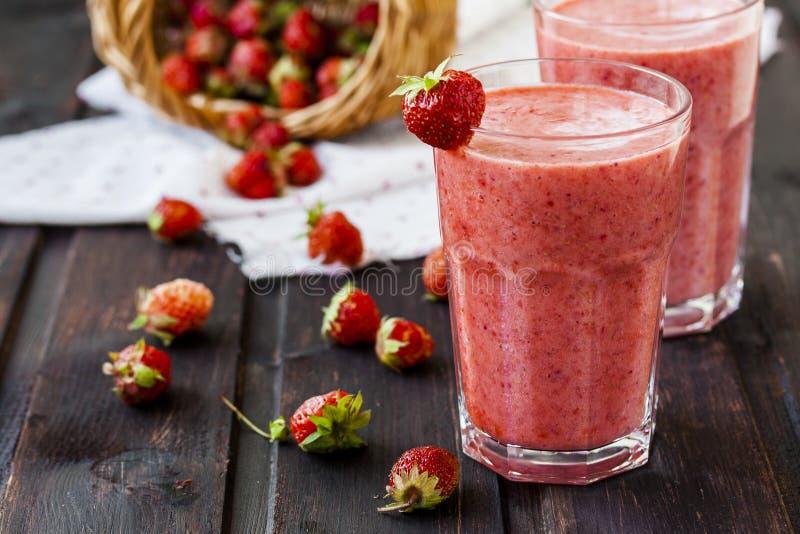 Två exponeringsglas av den kalla jordgubbemilkshaken royaltyfri foto