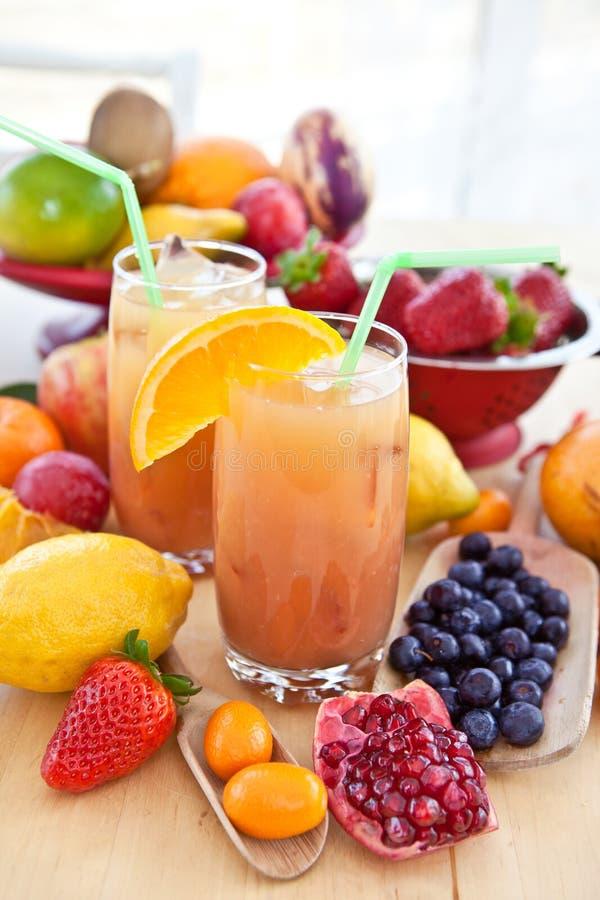 Fruktsaft från olika nya frukter arkivfoton