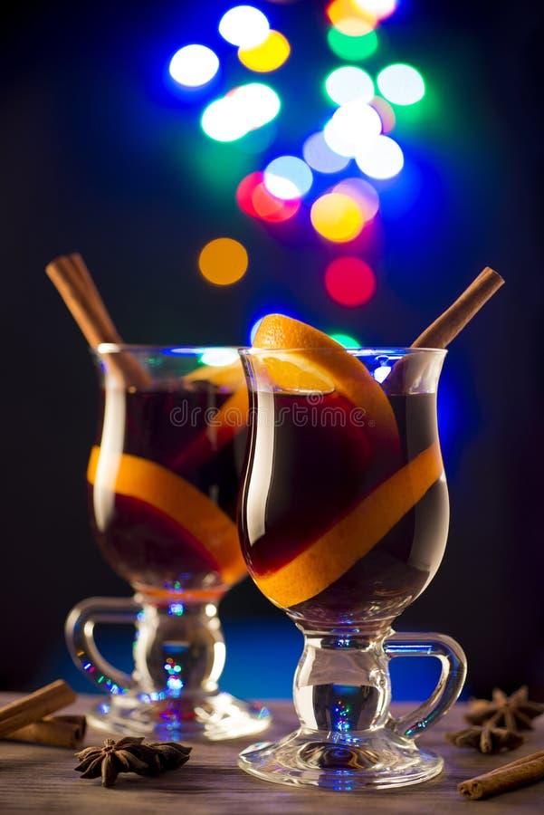 Två exponeringsglas av funderat vin på bokehbakgrund royaltyfri foto
