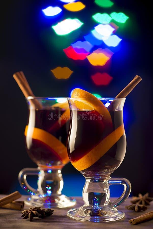 Två exponeringsglas av funderat vin på bokehkantbakgrund royaltyfria bilder