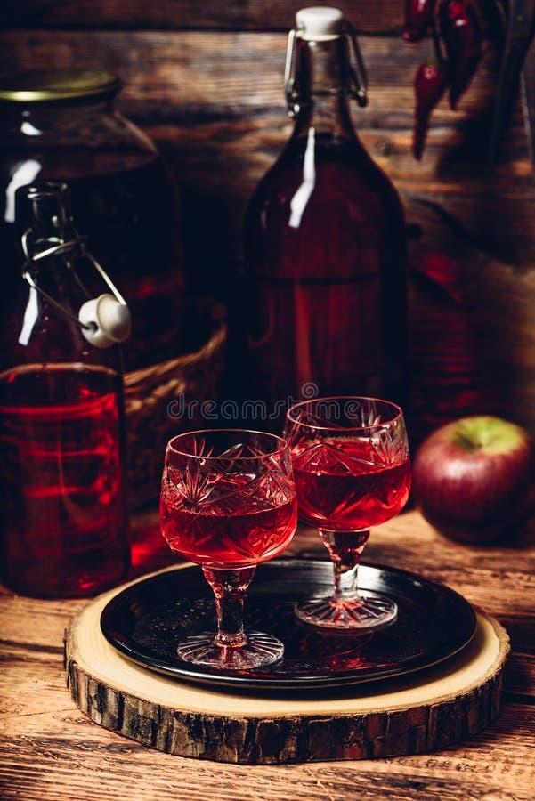 Två exponeringsglas av rött hemlagat vin royaltyfri bild