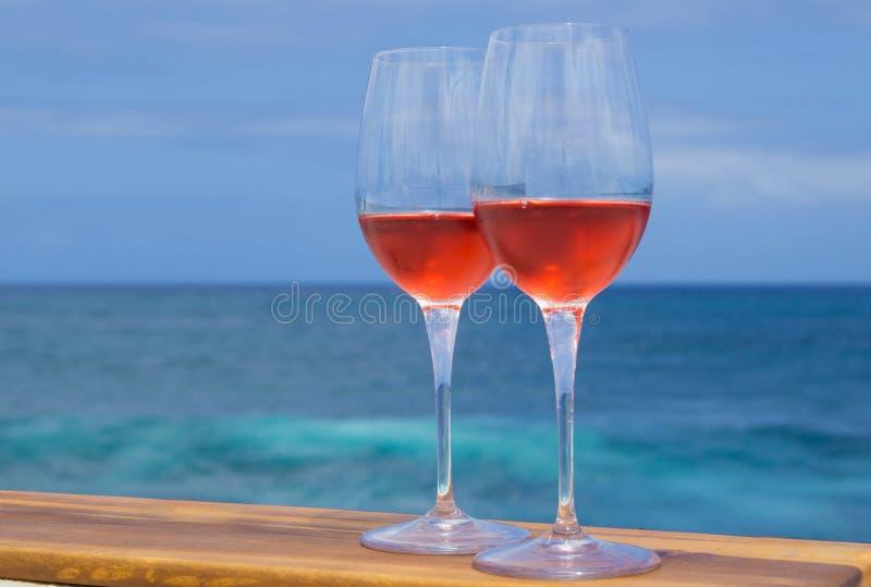Två exponeringsglas av rosa vin arkivfoto