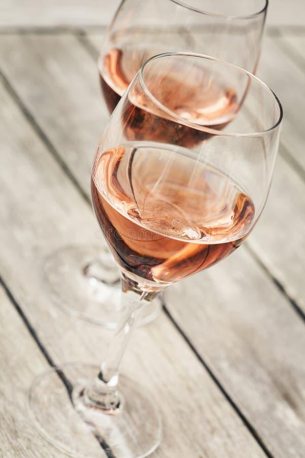 Två exponeringsglas av rosa vin royaltyfri foto