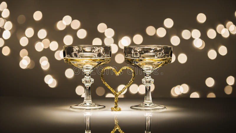 Två exponeringsglas en hjärta fotografering för bildbyråer