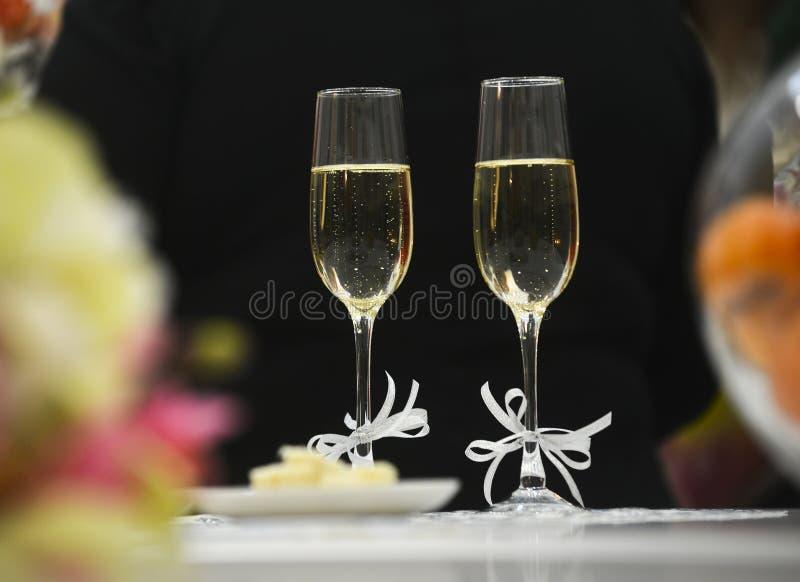 Två exponeringsglas för champagne med bandet royaltyfria foton