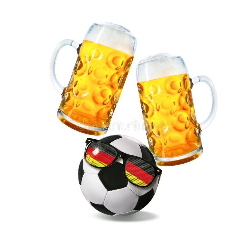 Två exponeringsglas med öl och fotbollboll med tysk fansolglasögon royaltyfri bild