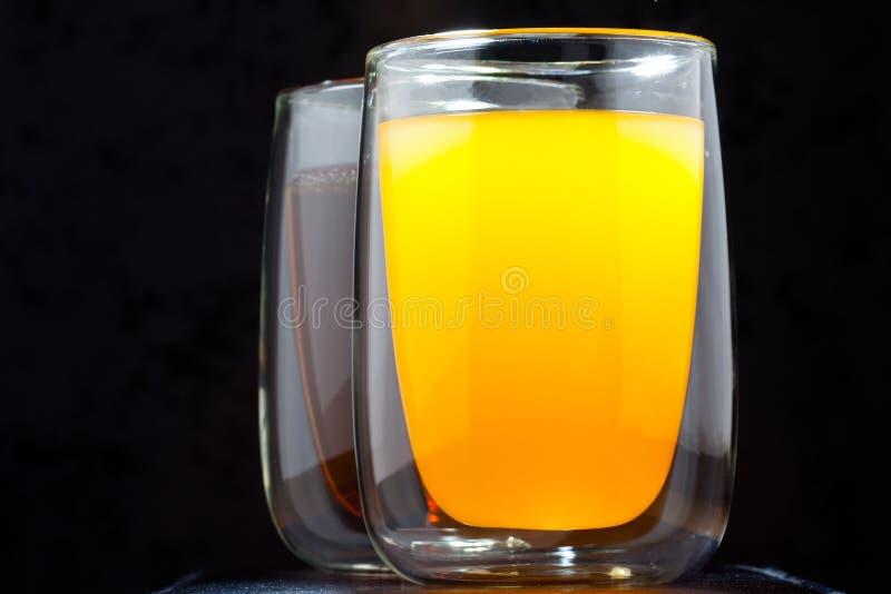 Två exponeringsglas med drinkar royaltyfri fotografi