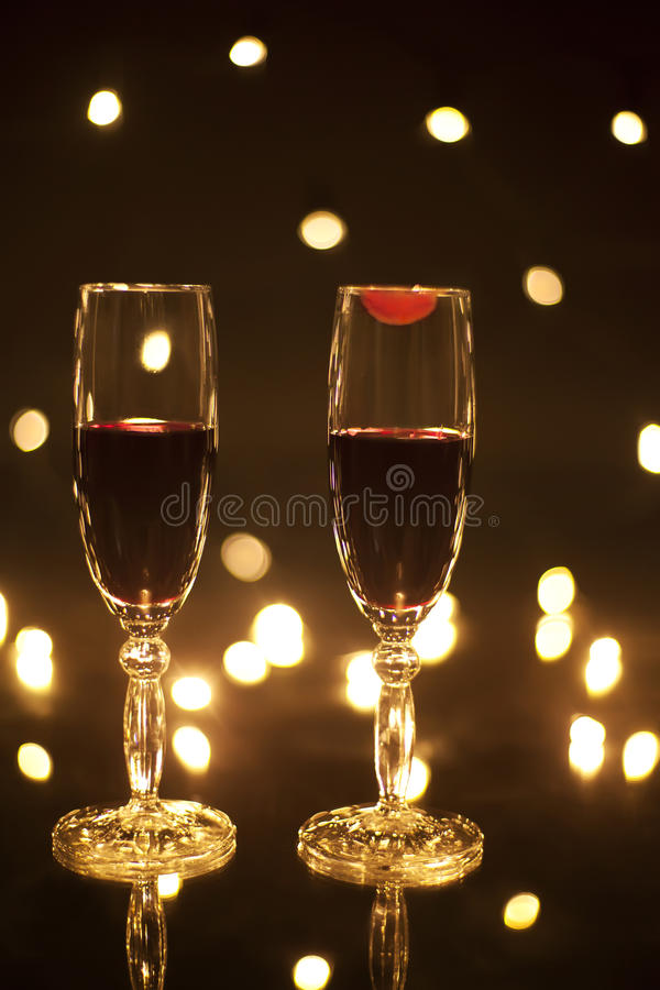 Två exponeringsglas med rött vin på ett med läppstiftfläcken royaltyfria foton