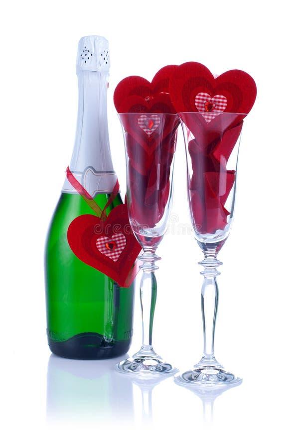 Två exponeringsglas med rosa och hjärta på valentin med en vit backgr royaltyfri foto