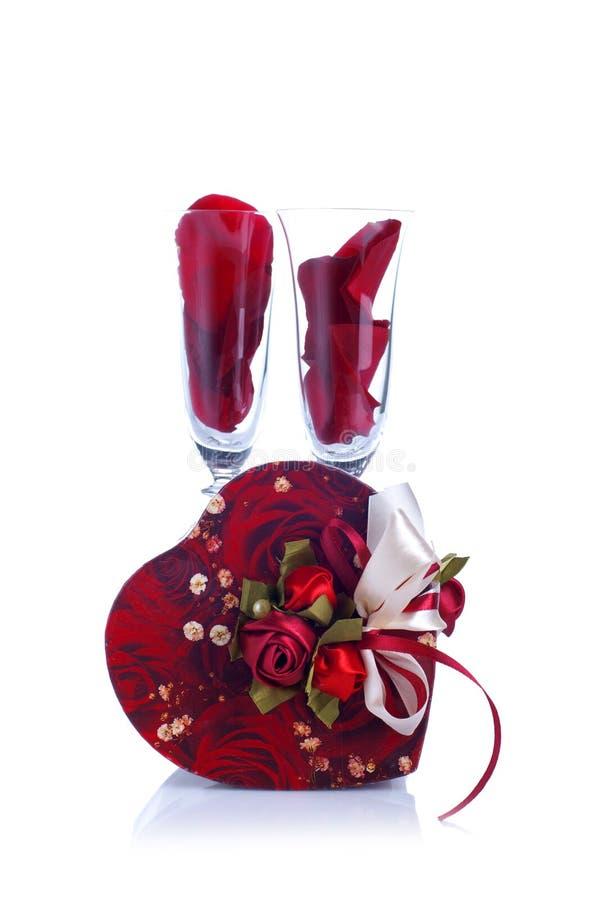 Två exponeringsglas med rosa och hjärta på valentin med en vit backgr royaltyfri bild