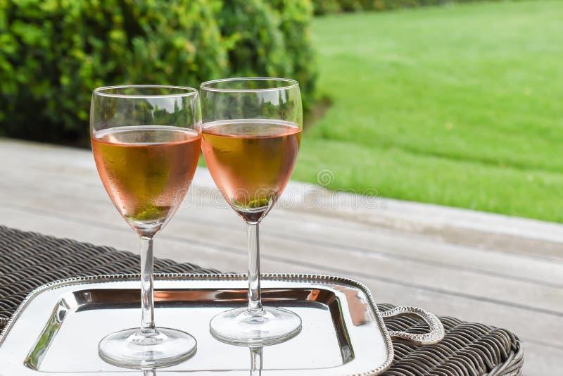 Två exponeringsglas med rosa vin för förkylning arkivbilder