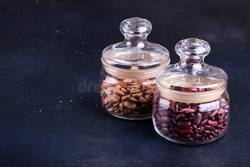 Två exponeringsglaskrus med sorten av bönor kopiera avstånd royaltyfri bild