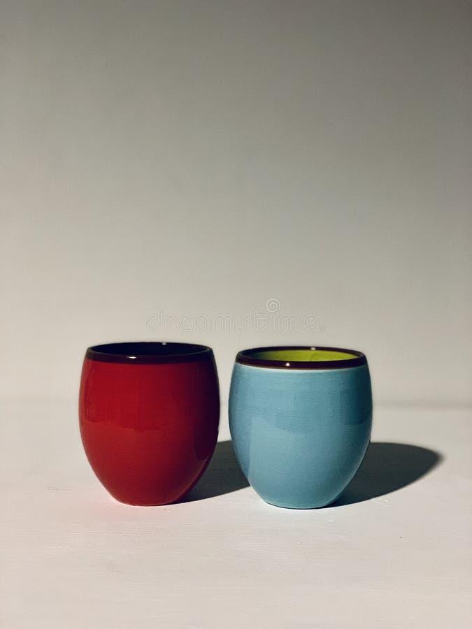 Två färgade små vaser fotografering för bildbyråer