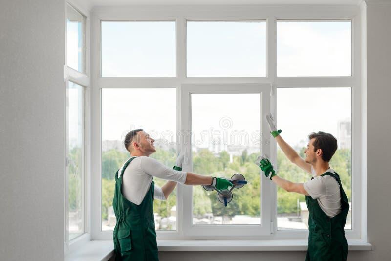 Två fönstermontörer arkivfoto