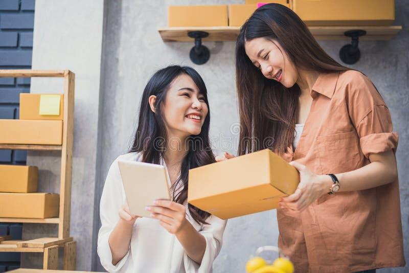 Två för små och medelstora företagentreprenör för ungt asiatiskt folk startup SME D royaltyfria bilder