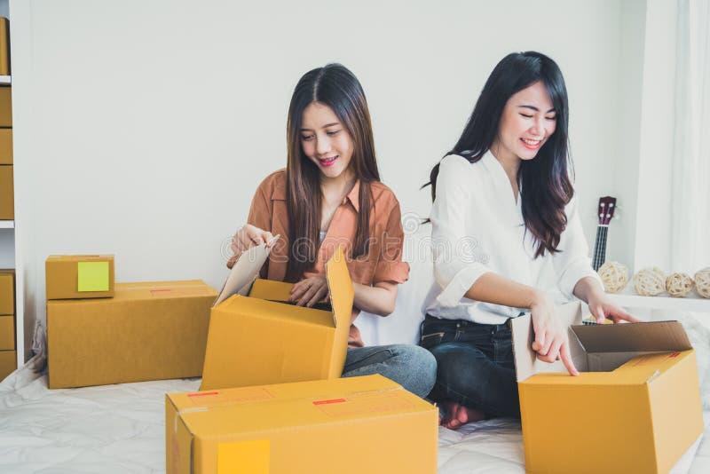 Två för små och medelstora företagentreprenör för ungt asiatiskt folk startup SME D royaltyfri fotografi