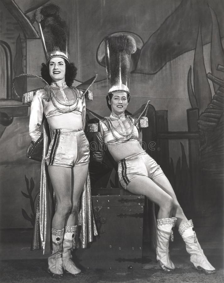 Två för trollkarlassistent för aktörer iklädda dräkter royaltyfria bilder