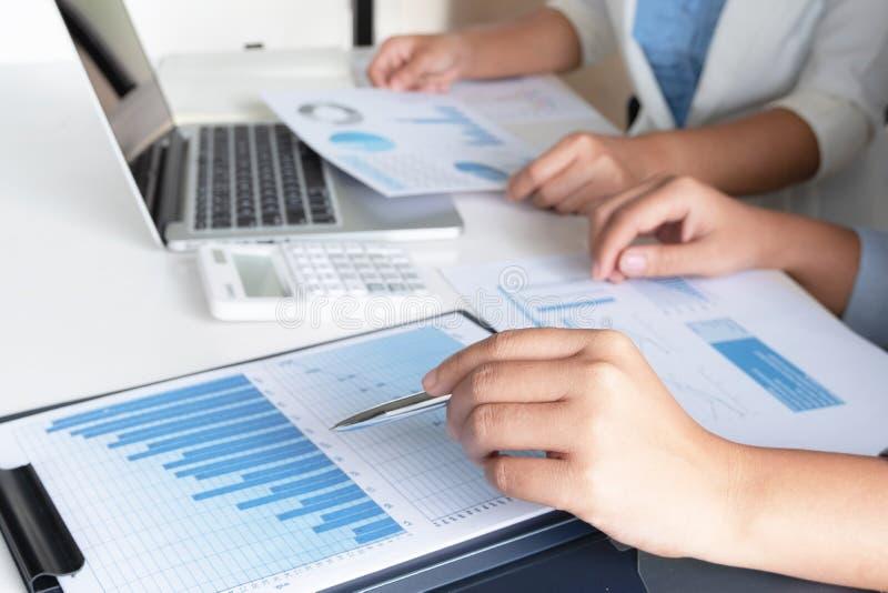Två företagsledarekvinnor som diskuterar diagrammen och graferna som visar resultaten royaltyfri bild