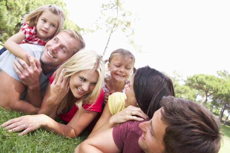 Två familjer som in spelar, parkerar tillsammans fotografering för bildbyråer