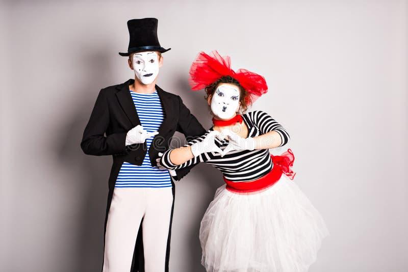 Två fars, pantomimhjärta, valentindagbegrepp, April Fools Day begrepp arkivbilder